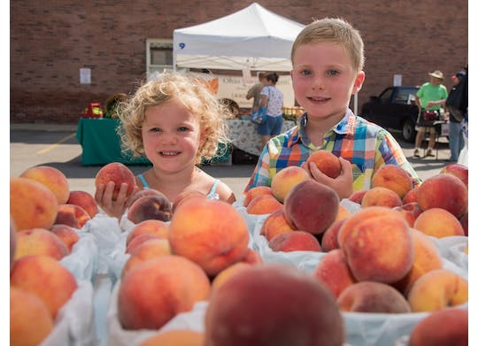 Ashtabula Farmers Market children with peaches